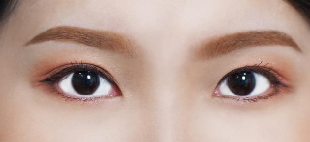 微峰眉:使用螺旋眉刷輕刷掉銳利的眉峰,呈現柔和的微峰感。