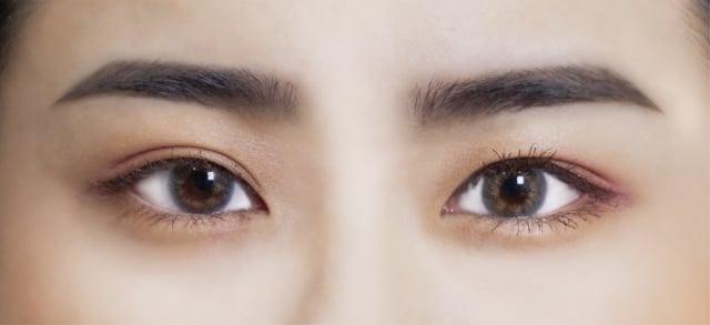英氣眉:細緻的眉筆筆芯適合用來勒眉峰角度。