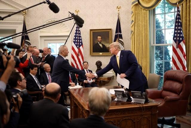 10月11日,美中貿易談判落下帷幕,美國總統川普在白宮接見中共副總理劉鶴時表示,雙方達成了相當實質性的第一階段協議。(Win McNamee/Getty Images)