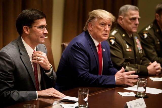 美國國防部長艾斯培(左起)、總統川普和參謀長聯席會議主席麥利將軍10月7日在白宮開會。(Getty Images)