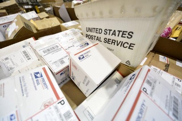 在美國退出萬國郵聯的壓力下,中共同意逐年提高支付給外國的國際小包郵資。示意圖。(UPI/大紀元資料室)