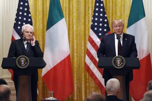 美國總統川普(右)10月16日表示,在下月參加智利APEC峰會上或許會與中國國家主席習近平簽署協議。(Olivier Douliery / AFP)