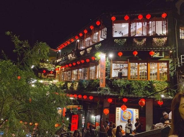 「阿妹茶樓」紅彤彤的燈籠,是宮崎駿動畫《神隱少女》裡「湯婆婆」的油屋原形。(攝影/曾晏均)