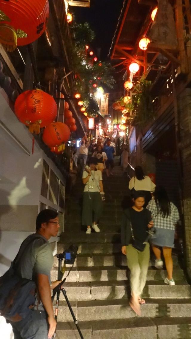 九份豎崎路狹窄街道和陡直石階,台階兩旁緊鄰著許多咖啡館與茶藝館,提供遊客休憩品茗。
