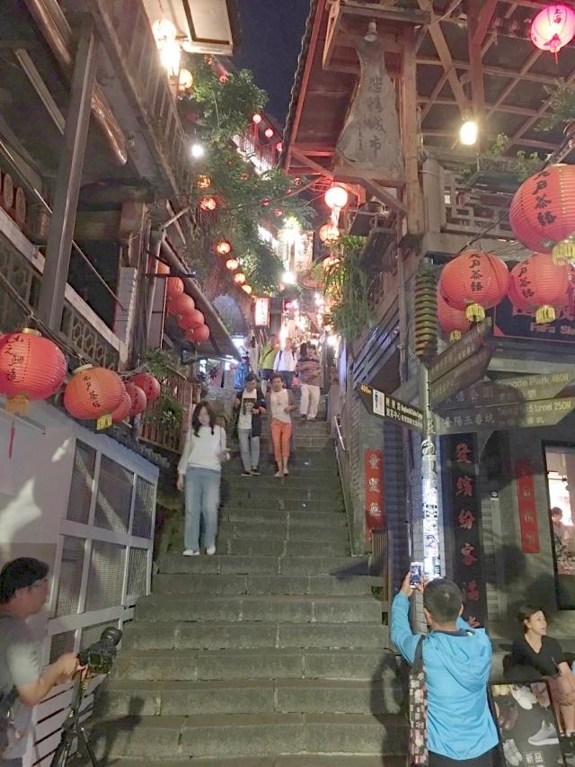 九份豎崎路狹窄街道和陡直石階,臺階兩旁緊鄰著許多咖啡館與茶藝館,提供遊客休憩品茗。(攝影/曾晏均)