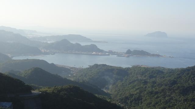 九份白天遠眺基隆嶼,霧氣瀰漫中自有朦朧美。