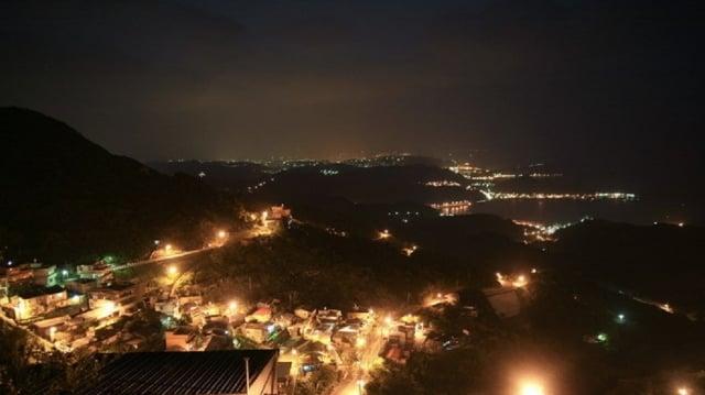燈火通明的九份夜晚,遠眺基隆嶼海面漁火點點。