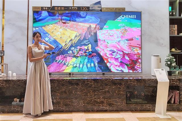 【120吋國產最大液晶顯示器】為目前國產最大120吋4K智慧連網電視,擁有廣色域面板,還具備120Hz、HDR、local dimming等高規格。(Peter/攝影)