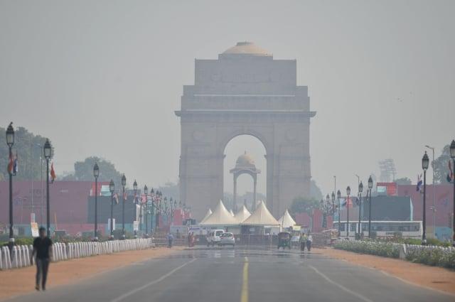 10月15日,印度首都新德里的空氣汙染達安全上限的4倍,當局還禁止使用柴油設備。(AFP via Getty Images)
