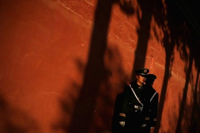 2013年11月,兩名武警在人民大會堂外。( Feng Li / Getty Images)