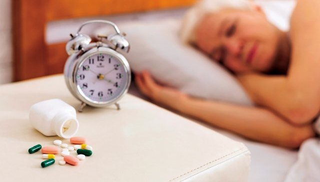 年長者務必透過醫師專業的診斷後,若需要使用藥物的輔助治療,應由醫師開立合適的鎮靜安眠藥來改善失眠問題。(shutterstock)