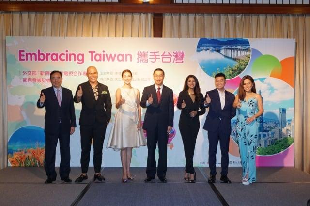 外交部次長曹立傑與菲律賓、越南、印度、泰國4國電視台主持人、網紅一起發表台灣國情電視專輯。(記者李怡欣/攝影)