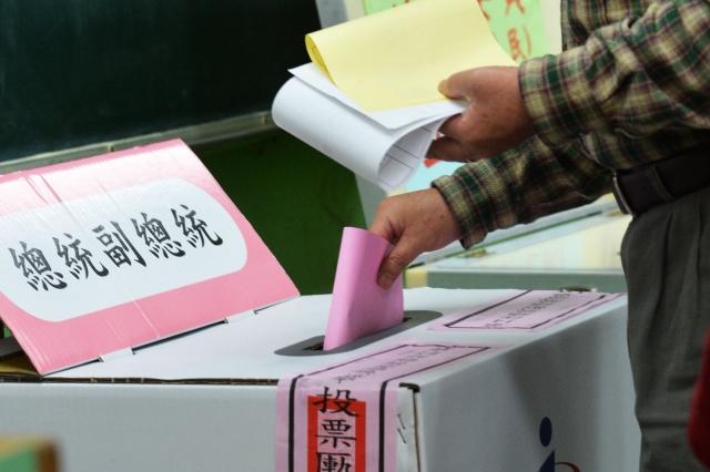 2018年台灣地方選舉就是訊息戰部隊組建操演假消息戰的首度練兵,並以2020扶植親北京政權為目標。圖為民眾投票。(中央社)