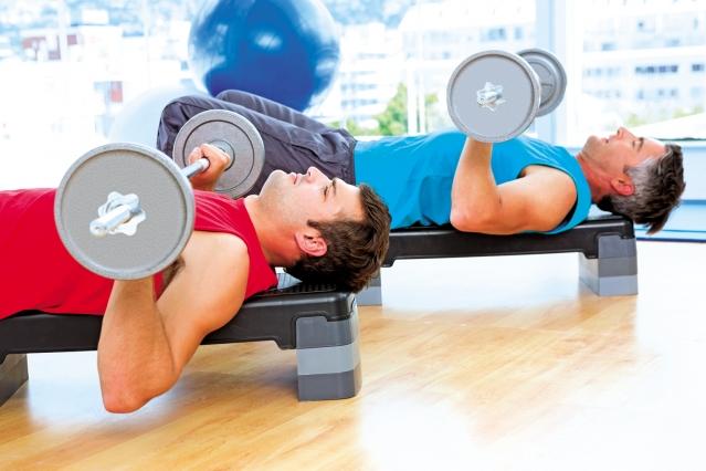 有些人一做起肌力訓練就欲罷不能,越做越多。(shutterstock)