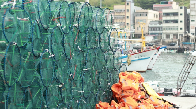 萬里區漁民以漁線編成、僅有三個入口的鐵製圓型「蟹籠」,放鰹魚或秋刀魚片為誘餌,投入海底,螃蟹「自投羅網」爬進籠中,這種方式有別於美日「拖網」、「圍網」,是最不具侵略性同時兼顧海洋生態的漁法之一。(攝影/廖蔚尹)
