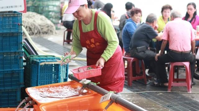 9~12月限定的野柳假日活蟹市集內,萬里蟹產銷班的媽媽們,為民眾挑選新鮮活蟹。