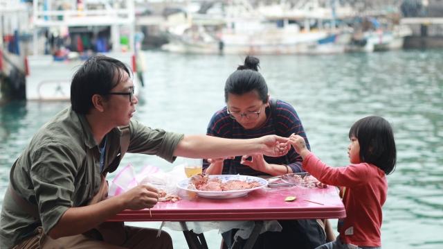 迎著海風欣賞海景,買活蟹還可代客現煮,將現蒸煮的活蟹及海味趁鮮享用,體驗愜意的漁村滋味。(攝影/廖蔚尹)