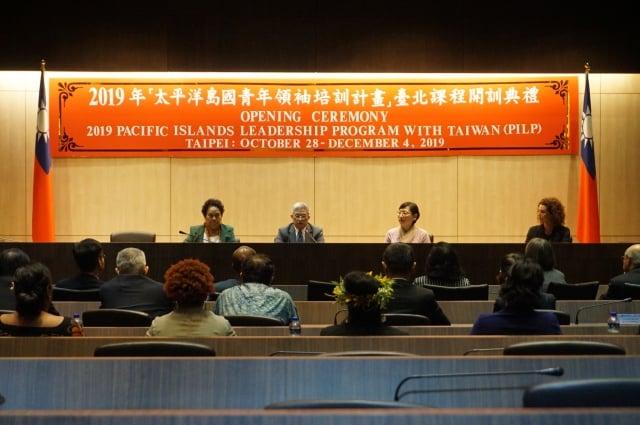 2019年太平洋島國青年領袖培訓計畫」(PILP)於週一(28日)舉行課程開訓典禮,今年共有來自8個國家的13位學員來台灣參與,外交部政務次長徐斯儉(左二)表示,此計畫為台灣與太平洋島國連接的重要發展。(記者李怡欣/攝影)