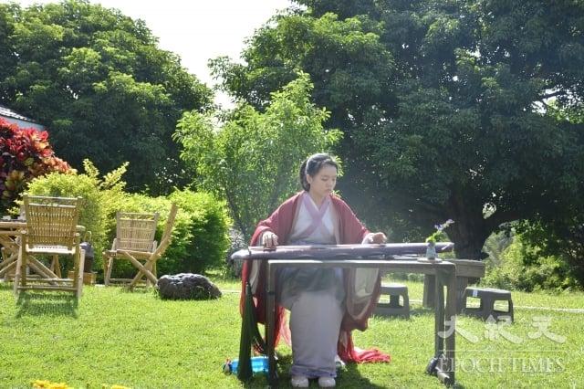 古琴家若水老師在茶席現場演奏古琴。