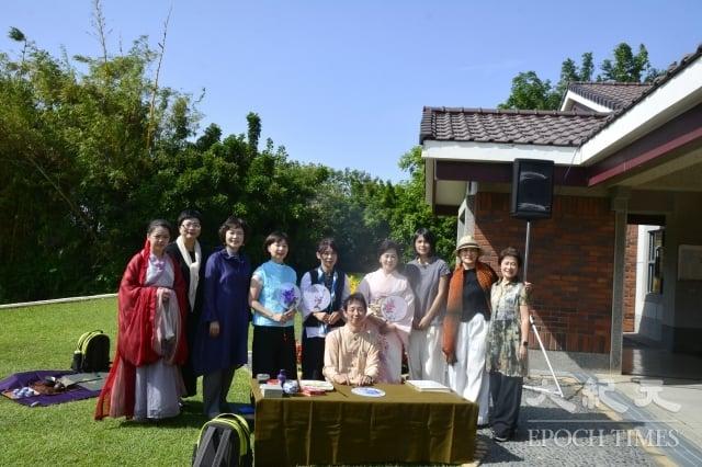 中華方圓茶文化學會創會長蔡玉釵(左3)與其團隊合影。