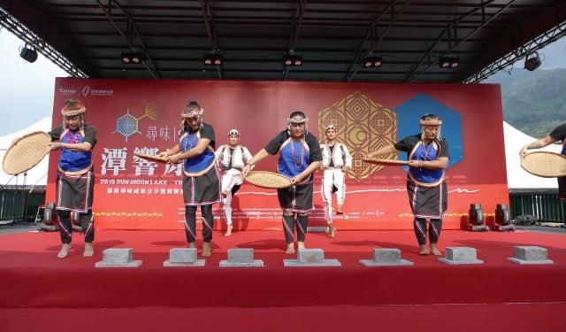 邵族逐鹿市集舞團的開場演出「豐收舞」。(攝影/黃淑貞)