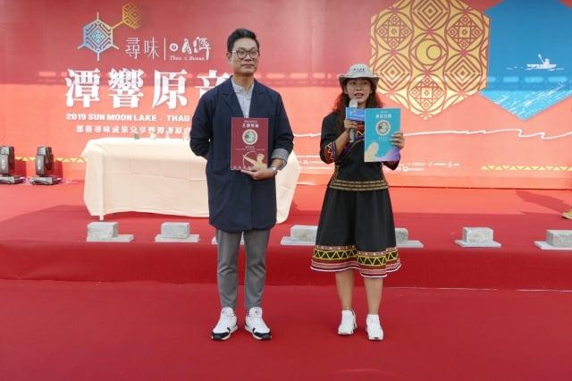 馬告香水的催生者陳炫良(左)、田美玲(右)分享兩款馬告香水。(記者黃淑貞/攝影)