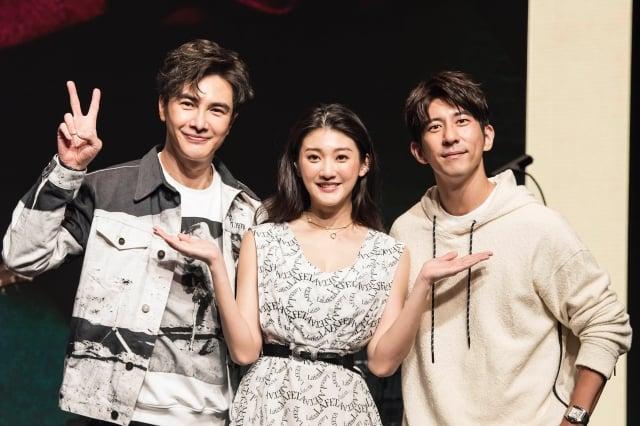林逸欣(中)2日舉辦「給未來的我」生日音樂會,與她也過合作戲劇的謝佳見(左)與同門師兄修杰楷(右)都到場助陣。(旋轉娛樂提供)
