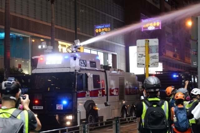 旅法港人2日在巴黎夏特雷廣場集會,呼籲法國政府禁止向香港出售武器,尤其是水砲車。(記者宋碧龍/攝影)