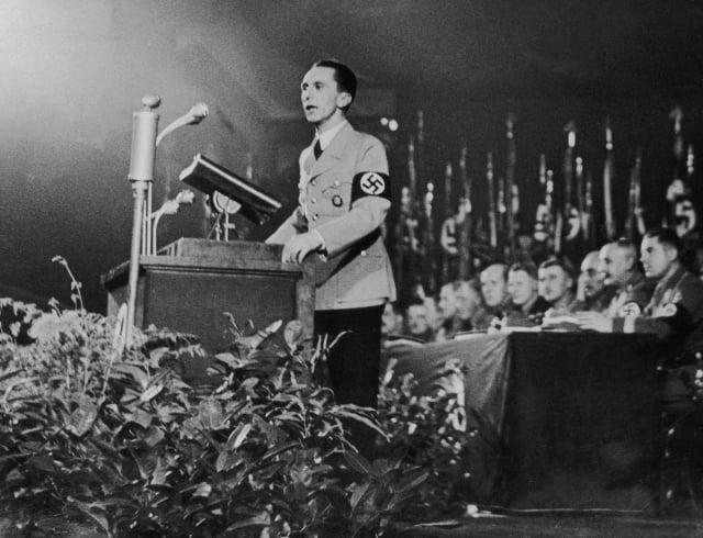 希特勒的宣傳部長戈培爾(Joseph Goebbels)曾說:「謊言說了一次,還是謊言;謊言說了一千次,就變成真理。」(Hulton Archive/Getty Images)