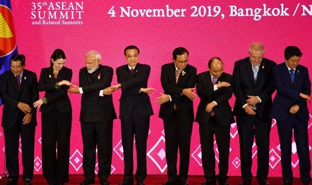 圖為曼谷11月4日的第三屆區域全面經濟夥伴關係協定會議,多國領導人與會。(Manan VATSYAYANA / AFP)