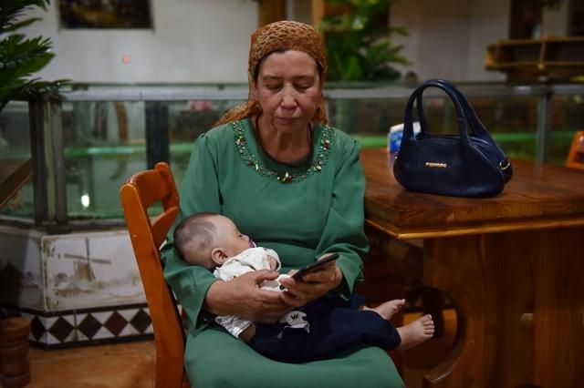 自由亞洲電台報導說,中共指派漢族「親戚」定期到新疆維族家庭進行監控,甚至與其家庭成員睡在同一張床上。示意圖非當事婦人。(Getty Images)