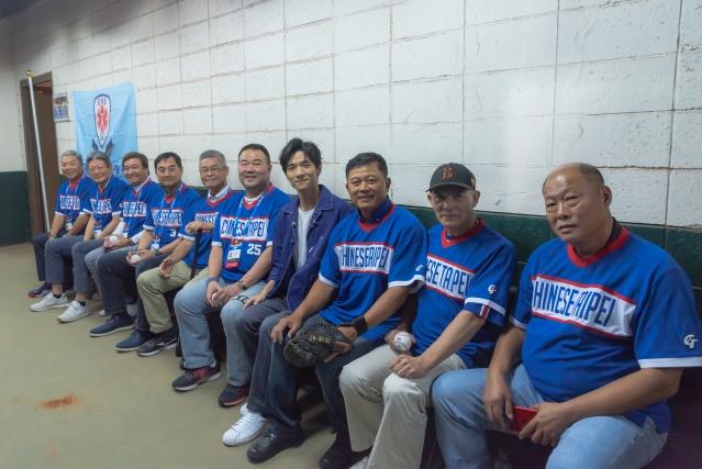 黃奕儒與1983年亞洲盃的中華隊經典英雄合照留念