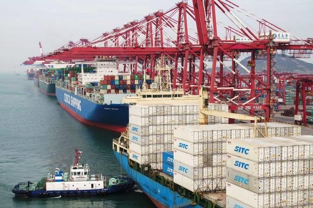 圖為今年5月山東青島港的貨運船隻。(Getty Images)