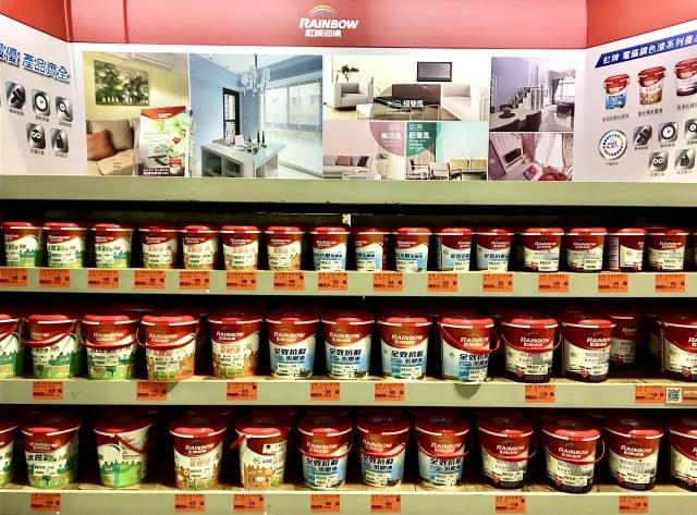 民眾可以到一般賣場(如特力屋),了解塗料價格與特性。(攝影/廖蔚尹)