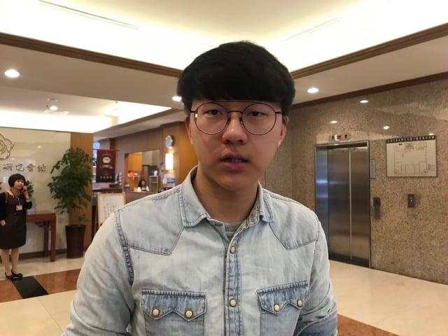 中華民國國旗近期不斷被屏蔽,臺灣青年民主協會理事長林彥廷11日表示,三番兩次在國際上打壓台灣,正是台灣青年對統獨恐懼與不安定感的來源。(記者李怡欣/攝影)