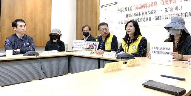 國民黨立委陳學聖(左)聲援遭資遣老師。(立委陳學聖服務團隊提供)