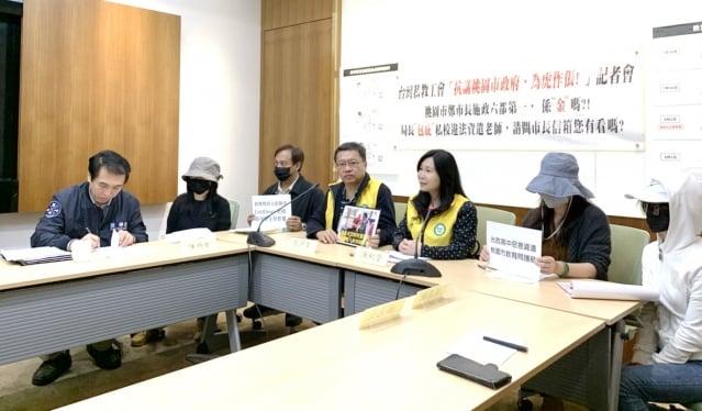 國民黨立委陳學聖(左)指出,教師無故被資遣,這件事情是「唇亡齒寒」的標準案例。