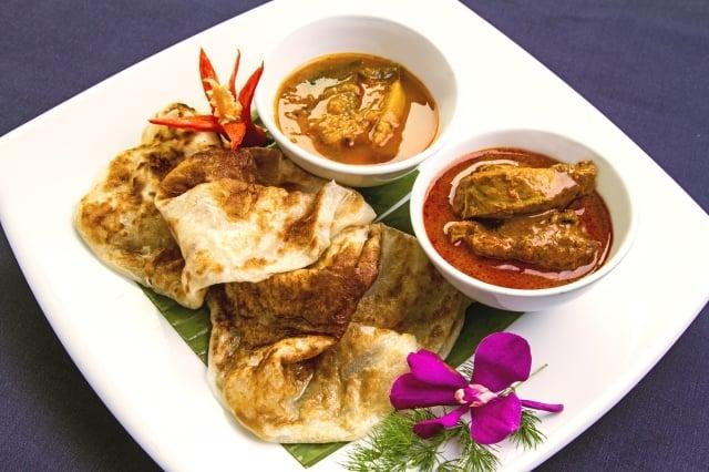 香烤後的餅沾上印度咖哩,是最經典的印度風味。(馬來西亞觀光局提供)