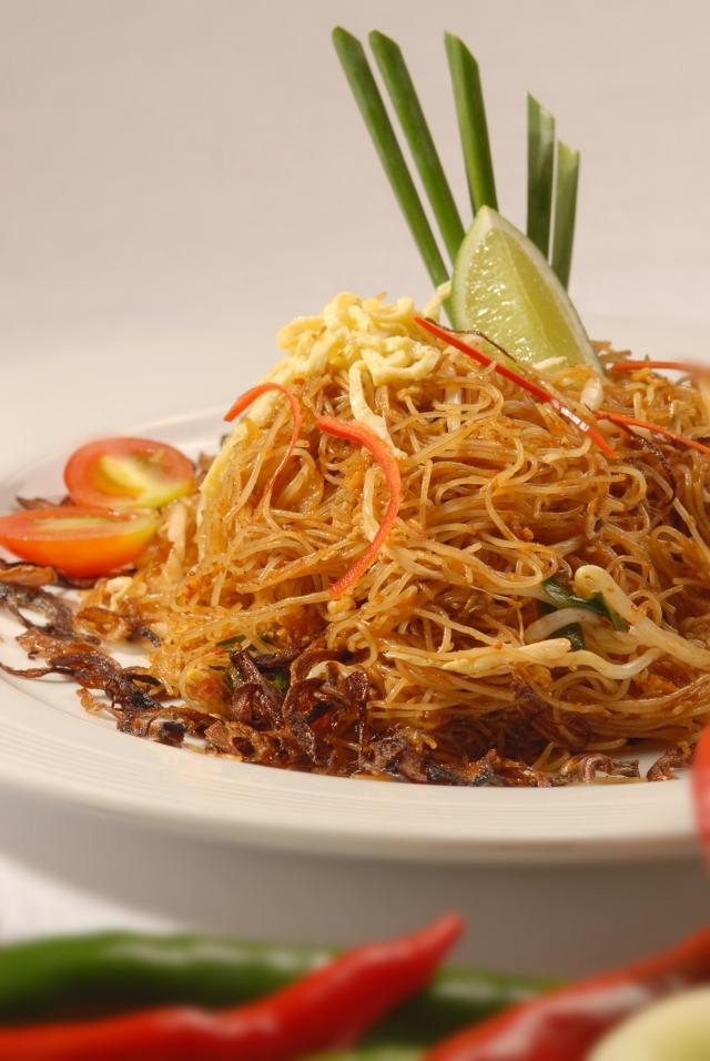 將南洋香料加入炒米粉裡,酸、甜、辣味兼具的米暹,完整詮釋娘惹精神。(馬來西亞觀光局提供)