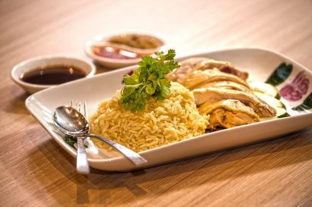 在台灣也經常看見的海南雞飯,可說是馬來西亞華人的「滷肉飯」等級國民美食。(馬來西亞觀光局提供)