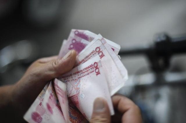 普通員工被要求購買投資基金的債券,為政府債務買單。(AFP)