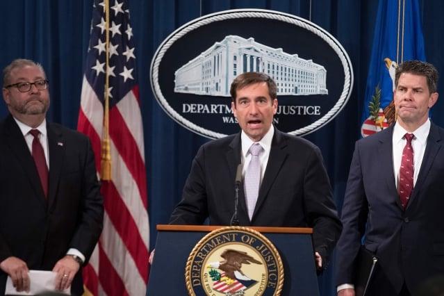 美國司法部助理部長德梅斯(中)表示,譚鴻進認罪說明中共竊取美國智慧財產權的狀況。資料照。(AFP via Getty Images)