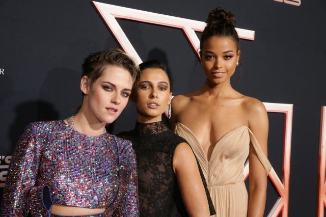 《霹靂嬌娃》女主角莉絲汀史都華(左起)、娜歐蜜史考特、艾拉巴林斯卡出席電影首映會。(索尼影業提供)