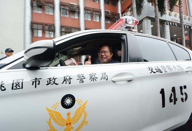 桃園市長鄭文燦試乘新購警用車。(桃園市府提供)