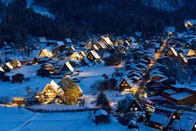 日本合掌村點燈祭典。(東南旅遊提供)