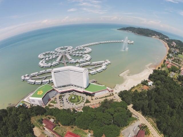 馬來西亞最頂級的大紅花海上VILLA渡假村,在一房一泳池的奢華享受中度過美好的假期。(雄獅旅遊提供)