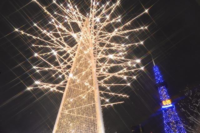 每年冬天點燈的札幌白色燈樹節,在白雪紛飛的天空下與絢爛的彩燈交叉點亮夜空,美不勝收。(雄獅旅遊提供)