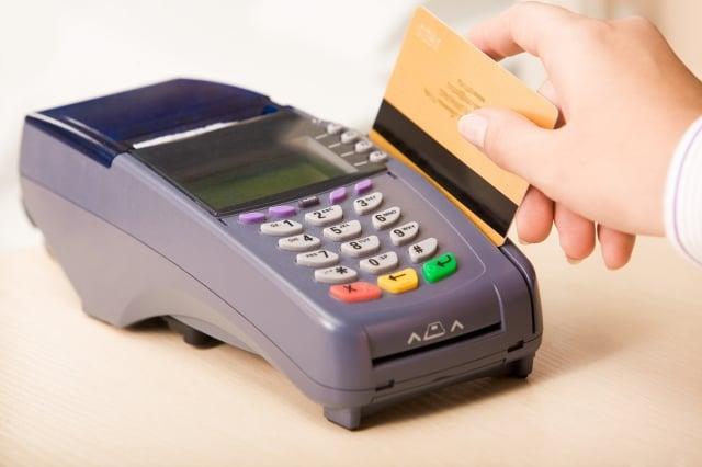 美國德州女子艾利斯在藥局刷卡取藥時被拒,經查詢才知道自己被社會安全局錯誤地宣告死亡。圖為信用卡與刷卡機,與本文無關。(Fotolia)
