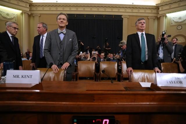 彈劾美國總統川普的首場公開聽證會11月13日舉行,現任美國駐烏克蘭使節泰勒(右)和負責烏克蘭事務的副助理國務卿肯特(左)出席。(Getty Images)