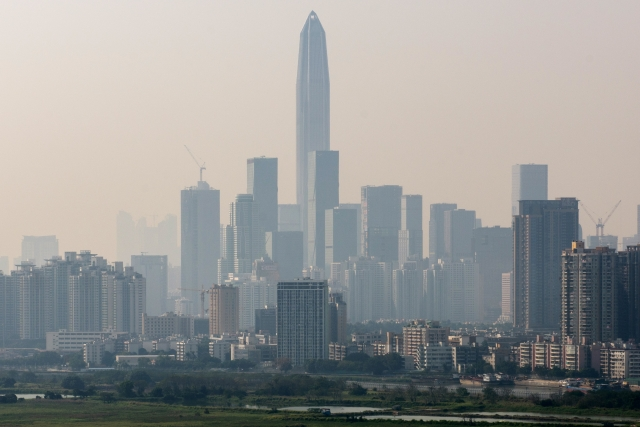 深圳近來受美國高額關稅衝擊、加上長期運營成本高漲情況下,製造業加速外移。(ANTHONY WALLACE/AFP via Getty Images)